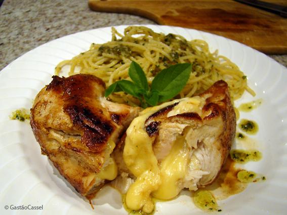 Spaghetti ao pesto e peito de frango recheado