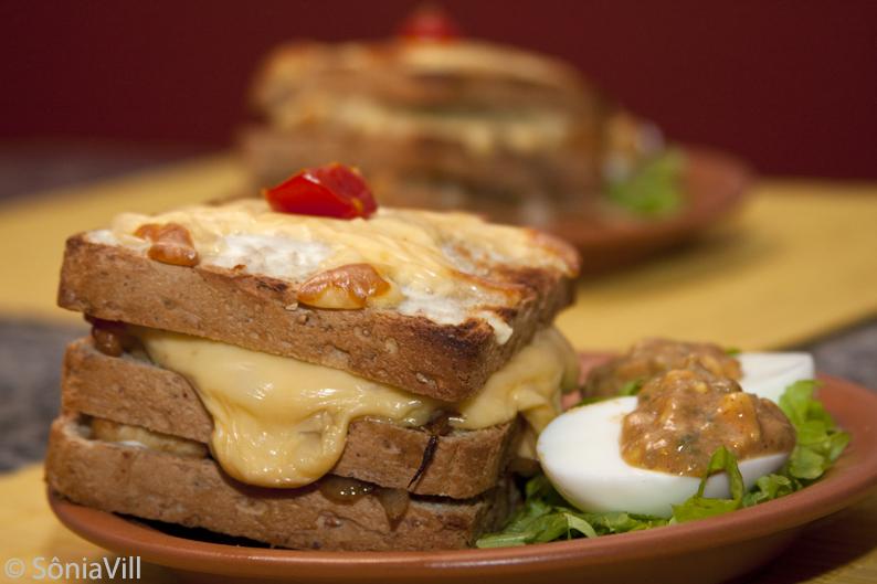 """Sanduíche de frango e cebola tostada e ovos """"al diablo"""""""