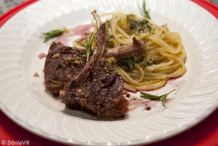Carré de cordeiro em redução de malbec e spaghetti ao pesto de hortelã