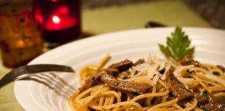 Spaghetti com molho de carne e laranja