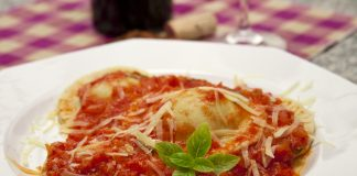 ravioli-carne-molho-sugo