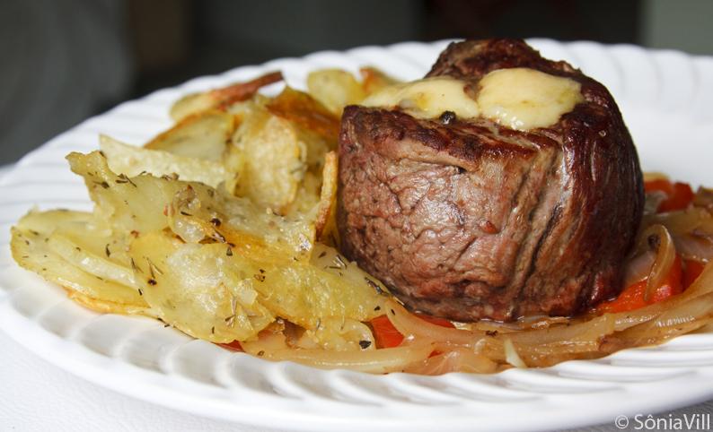 Tornedos recheados com queijo e batatas crocantes