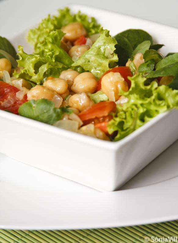 Salada de folhas e grão-de-bico