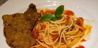 Spaghetti ao sugo e bife à milanesa