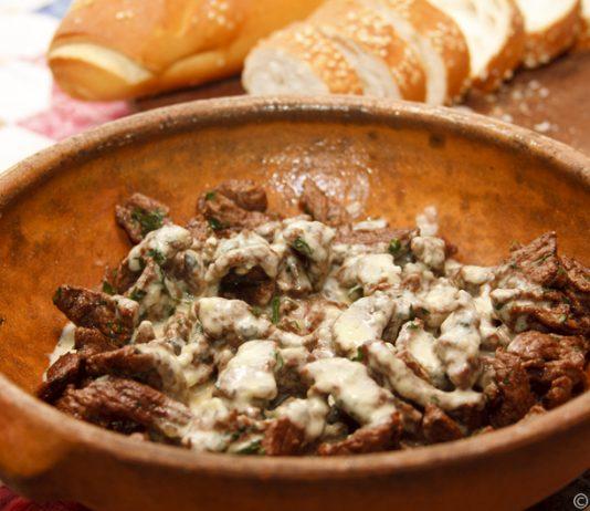 Iscas de carne com molho de gorgonzola