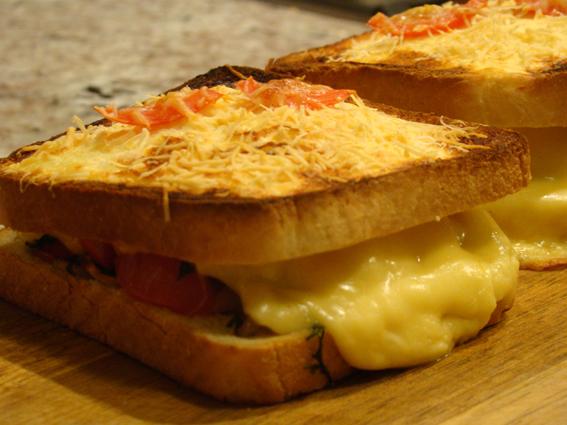 Sanduíche quente de frango e tomate