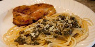 Sobrecoxa e spaghetti ao pesto