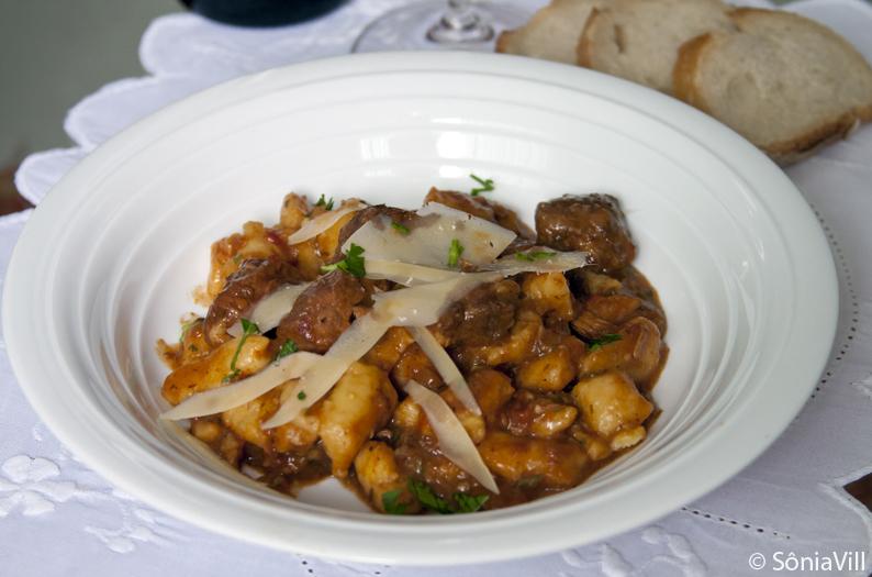 Nhoque de mandioquinha com ragu de carnes