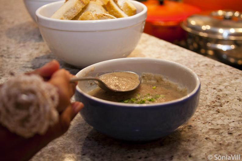 Sopa de pinhão, carne seca e cachaça