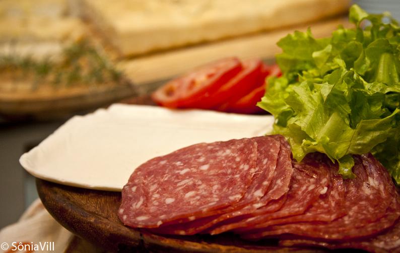 Sanduíche de focaccia com salame e mussarela de búfala