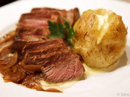 Contra-filet acebolado e batata com creme azedo