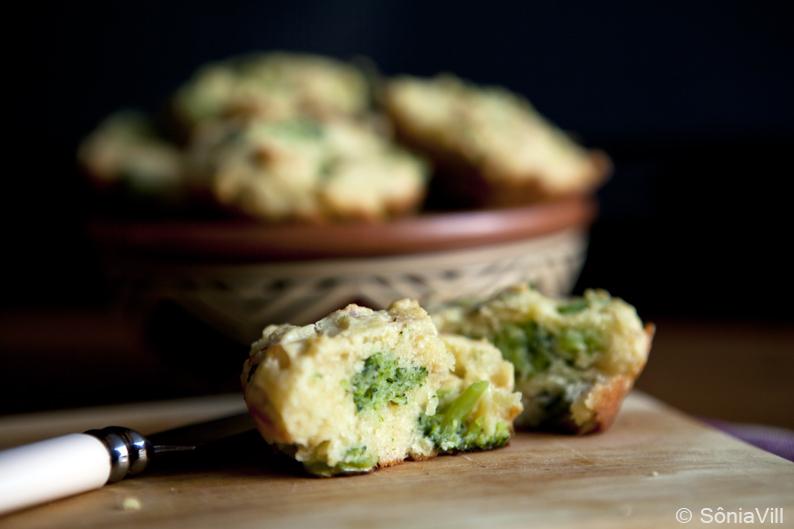 Muffins de brócolis e bacon