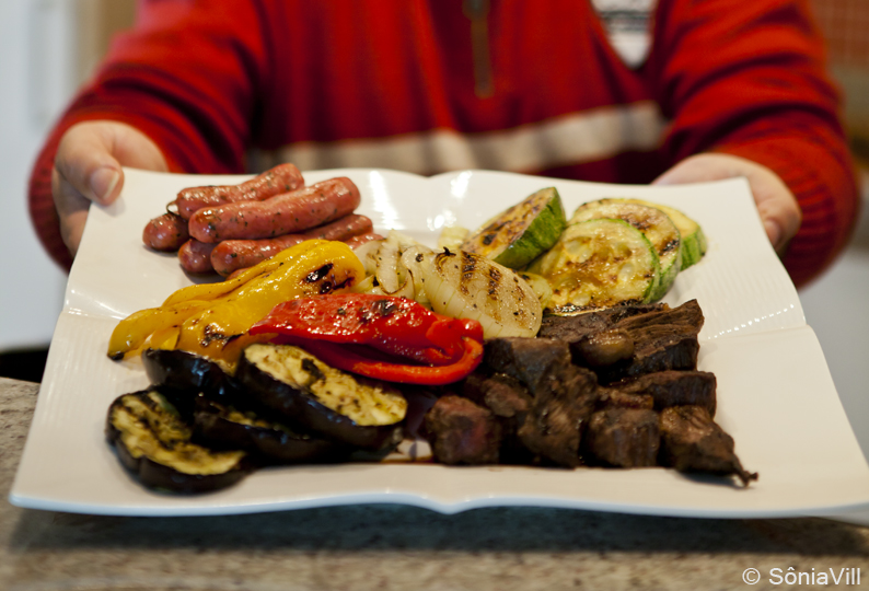 Carnes e legumes grelhados