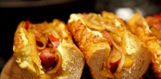 sanduíche de linguiça e cebola