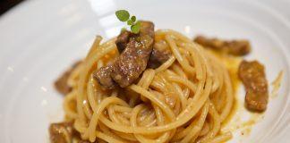 Spaghetti com escalope ao molho de laranja
