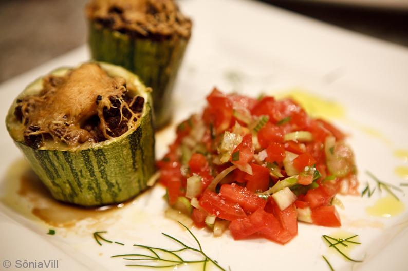 Abobrinha recheada com salada de tomate e funcho