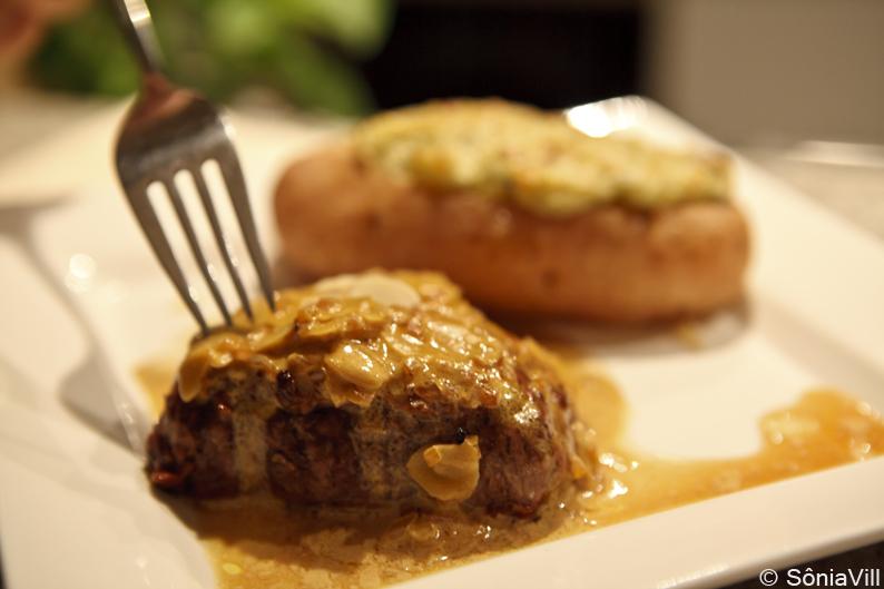 Filet com molho de amêndoas e batatas com gorgonzola