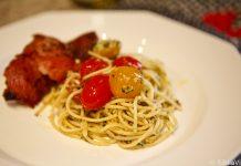 Costelinhas assadas e massa com pesto e tomates