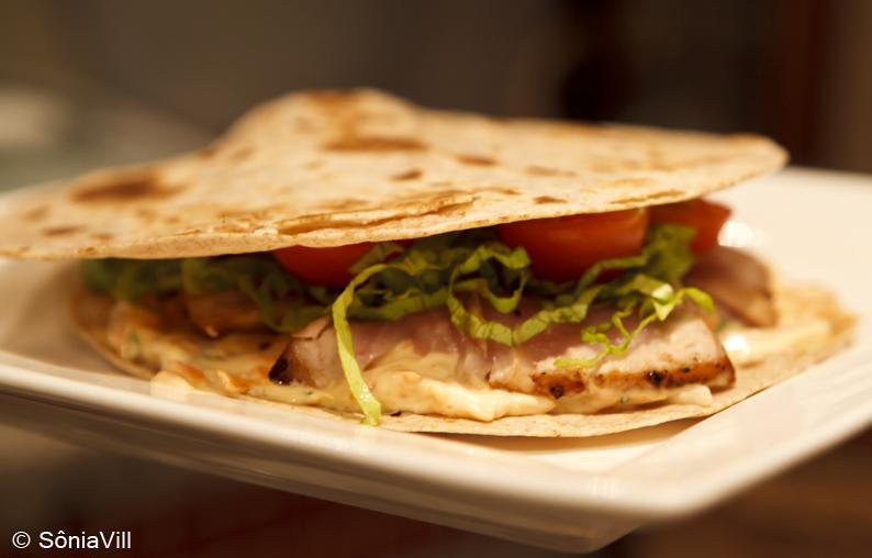 Sanduíche de pão folha com atum fresco