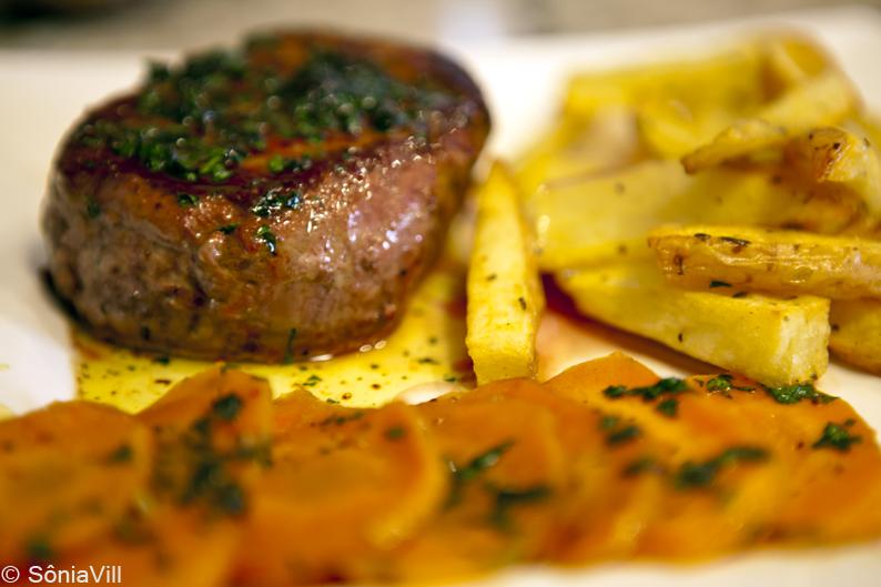 Filets com molho de salsinha e cenouras ao marsala