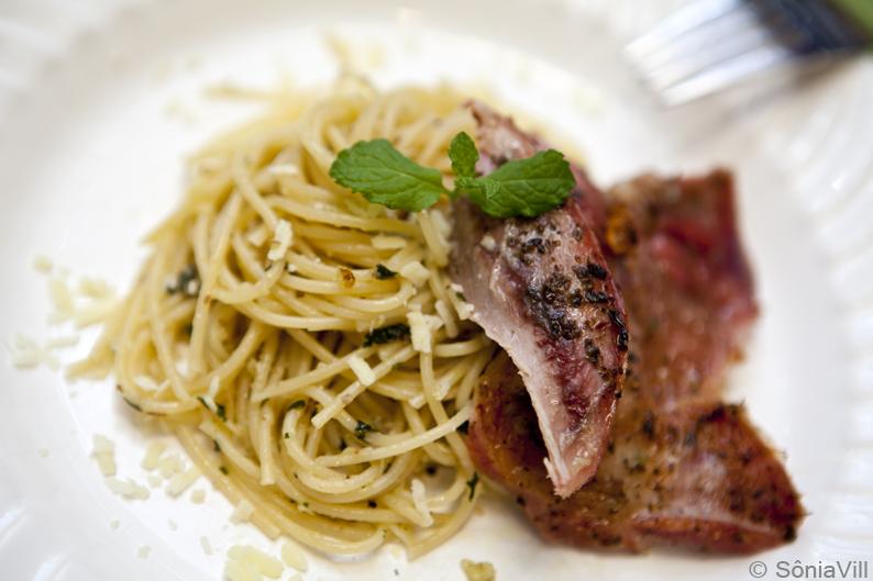 Paleta de cordeiro e spaghetti ao pesto de hortelã