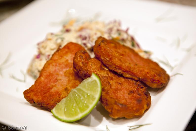 Bifes de mignon suíno com salada de repolho roxo