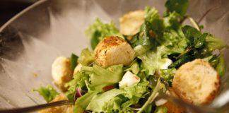 Bife acebolado e salada com croutons