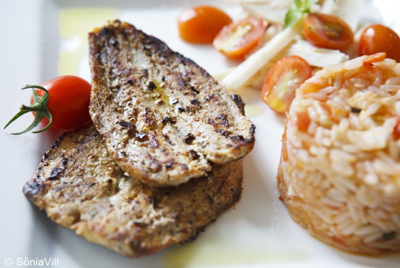 Sardinha na chapa e arroz com tomate e palmito