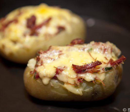 Batata assada com recheio de carne seca