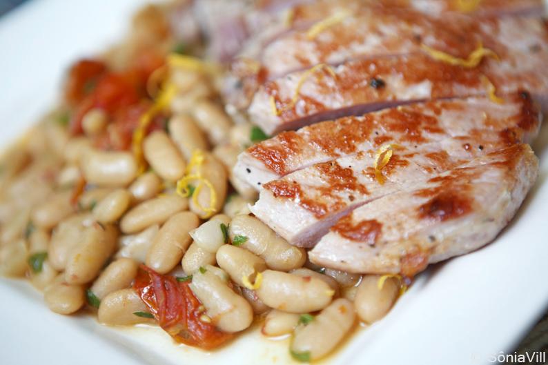 Feijão branco com tomates e bistecas de porco