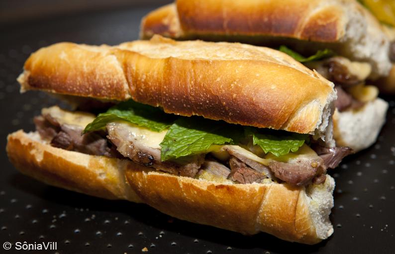Sanduíche de cordeiro com queijo e hortelã