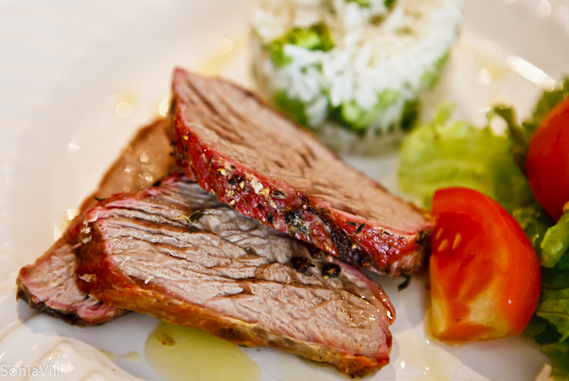 Carne assada e arroz com brócolis