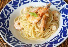 Spaghetti com camarão, azeite e manjericão