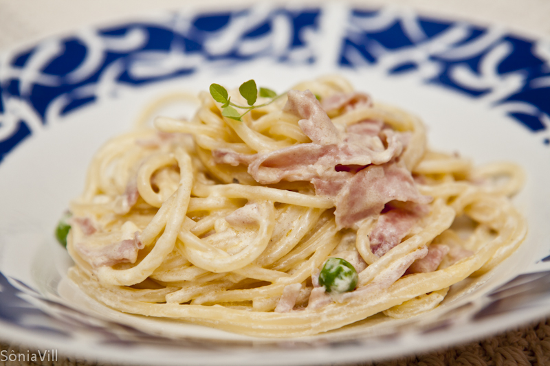 Spaghetti com presunto e ervilhas