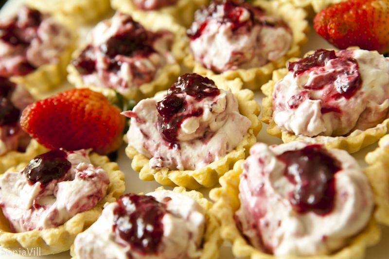 Tortinhas com frutas vermelhas e um parabéns
