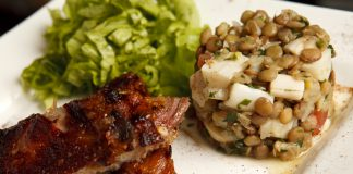 Costelinhas agridoces com salada de lentilhas e palmitos