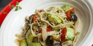 Fettuccine verde com vegetais e azeite
