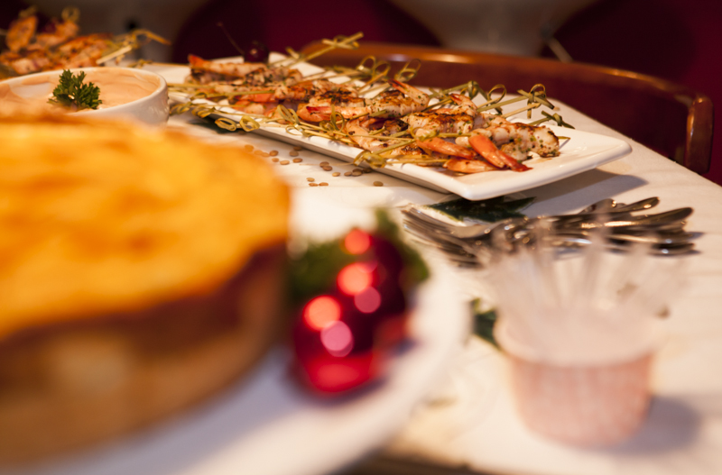 espetinhos de camarão e salmão