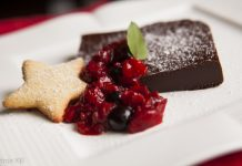 Parfait de chocolate com frutas vermelhas e biscoitos de amêndoas