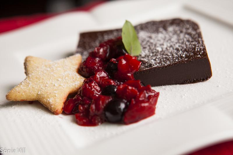 Parfait de chocolate com frutas vermelhas e biscoitos de amêndoas – Sobremesa do jantar da Quorum 2012