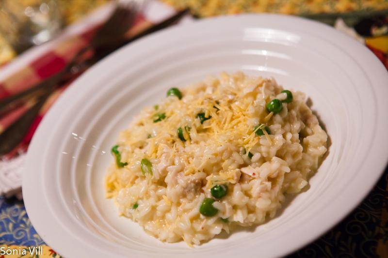 Risoto de frango, ervilhas e queijo brie