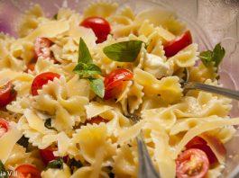 Farfalle com tomate, queijo e manjericão - massa fria