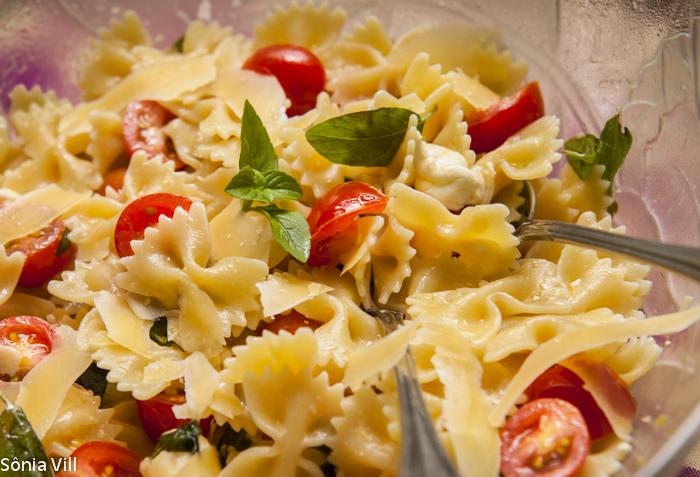 Massa fria – farfalle com tomate, queijo e manjericão