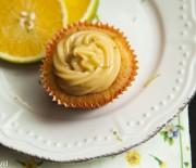 Cupcakes de laranja com brigadeiro de limão siciliano
