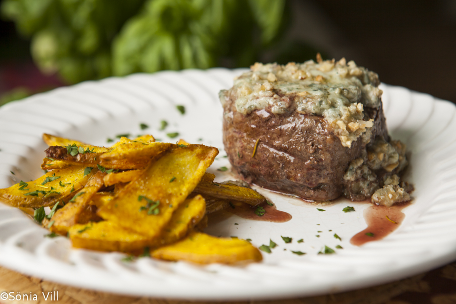 Filet com gorgonzola e nozes
