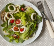 Salada de lulas e folhas verdes