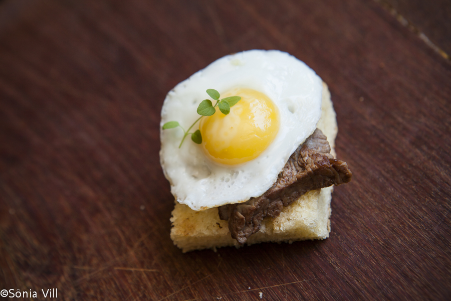 mini bifinho com ovo de codorna