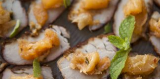 Canapés de carne suína com chutney de abacaxi