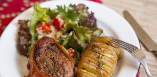 Medalhão de filet com bacon, batata assada e salada com quinua
