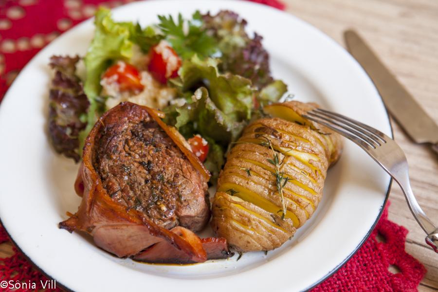 Medalhão com bacon, batata assada e salada com quinua